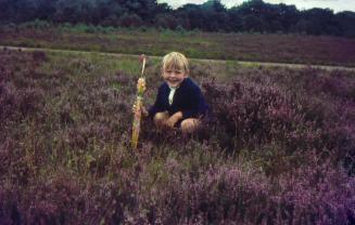 Oude dia foto van 40 jaar geleden. Een meisje met een paraplu in een veldje. De foto is stofvrij en er zitten geen beschadigingen op de foto. De kleuren zijn levendig. Fotobewerking / herstellen van oude foto's en dia's.