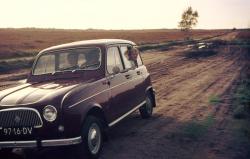 Oude dia foto van 40 jaar geleden. Een auto op een zandweg. De foto is stofvrij en er zitten geen beschadigingen op. De kleuren zijn weer levendig. Fotobewerking / herstellen van oude foto's en dia's.
