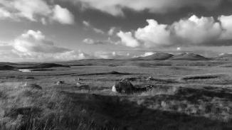 Zwart-wit foto van een landschap met rotsen in Glenveagh National Park in Ierland. Natuurfotografie / landschapsfotografie.