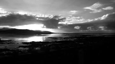 Zwart-wit foto van de zonsondergang in de buurt van Glenveagh National Park in Ierland. Natuurfotografie / landschapsfotografie.