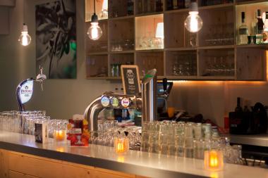 Foto van een bar met meerder biertappen met Grolsch erop. Commerciele fotografie.