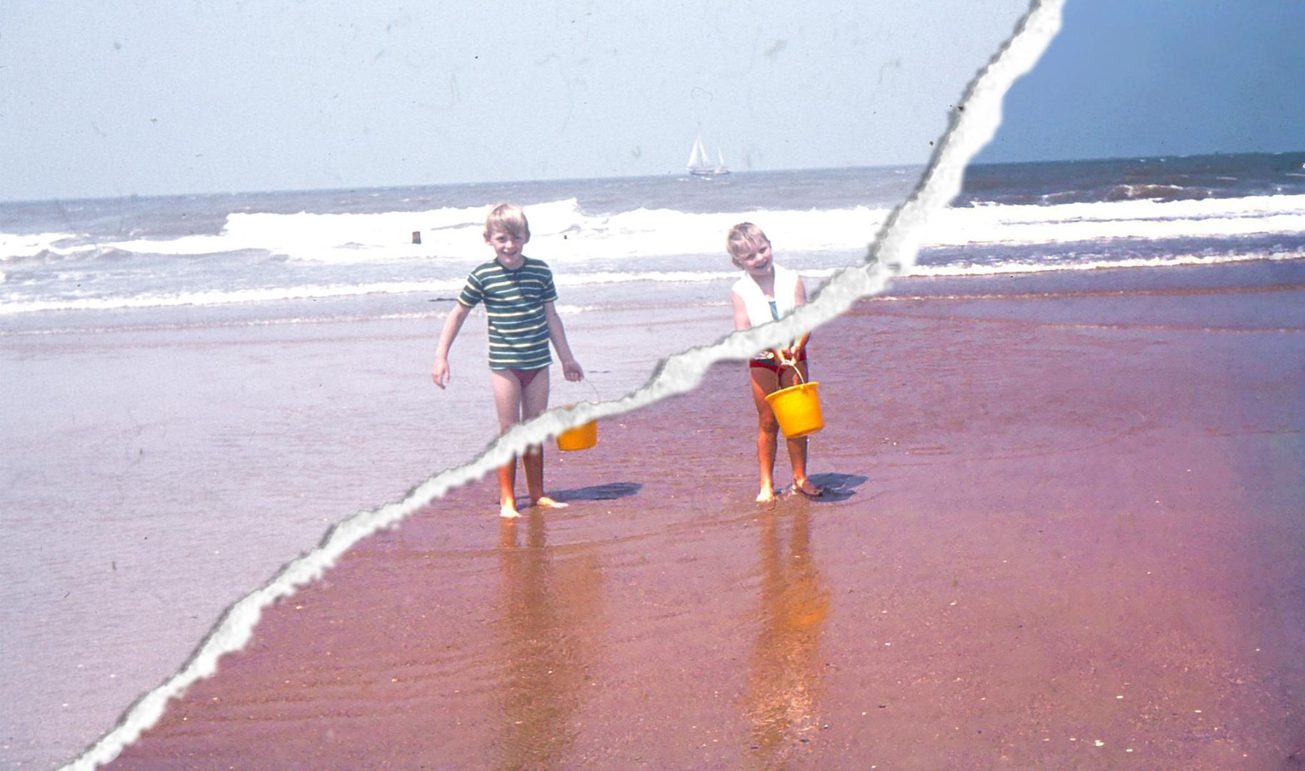 Oude dia foto van 40 jaar geleden. Twee kinderen lopen over het strand. Er loopt een scheur schuin over de foto heen. Aan de ene kant van de scheur is de oude dia te zijn, aan de andere kant de nieuwe, opgeknapte dia. Fotobewerking / herstellen van oude foto's en dia's.