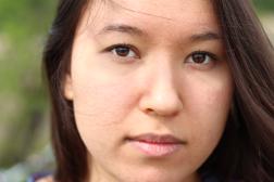Fotoshoot op locatie van Sylvia. Close-up van haar gezicht, ze kijkt recht in de camera. Portretfotografie / fotoshoot op locatie.