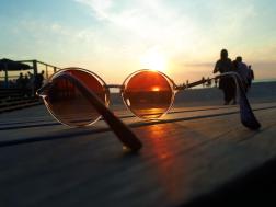 Foto genomen op Texel. Zonsondergang door een zonnebril. Natuurfotografie / landschapsfotografie.