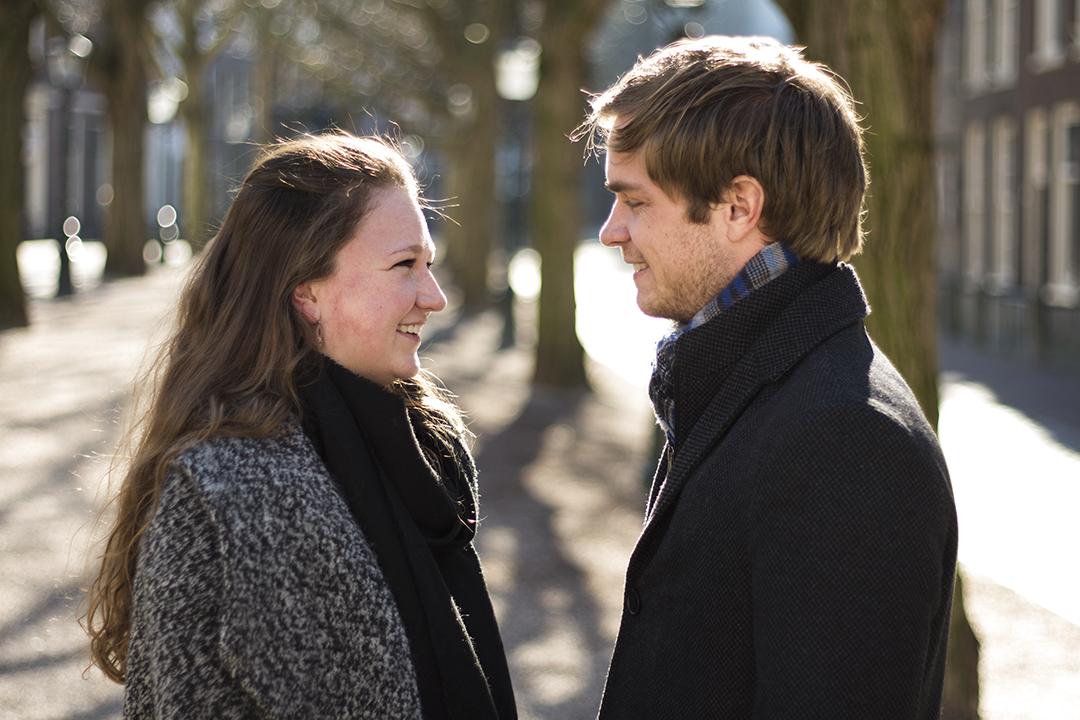 Fotoshoot op locatie van Coen en Daphne. Het is zonnig en ze kijken elkaar verliefd aan. Portretfotografie / fotoshoot op locatie.